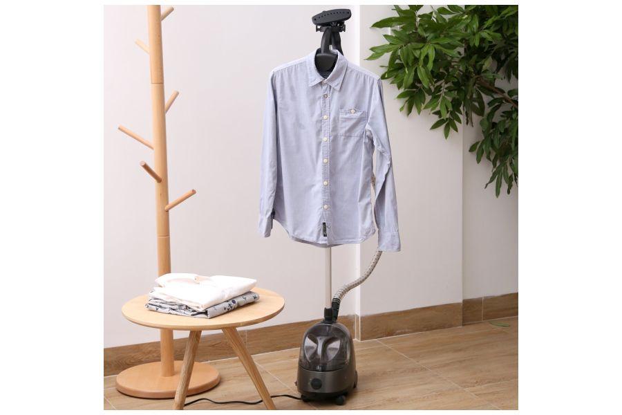 Camicia su stampella stiratrice verticale