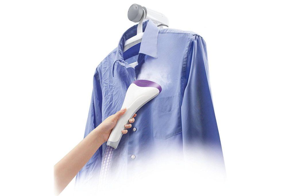 Stirare una camicia con il ferro da stiro verticale